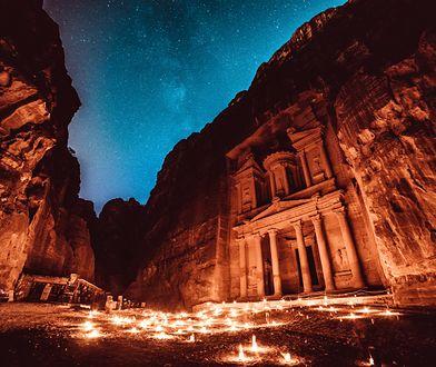 Ok. 120 km od Akaby, jedynego portu Jordanii, znajduje się największa atrakcja kraju – Petra
