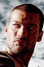 """Andy Whitfield oddaje """"Spartakusa"""" Liamowi McIntyre"""