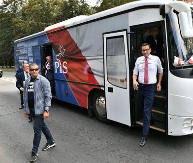 Premier Mateusz Morawiecki w drodze na spotkanie wyborcze z mieszkańcami Namysłowa. Wrzesień 2019 roku.