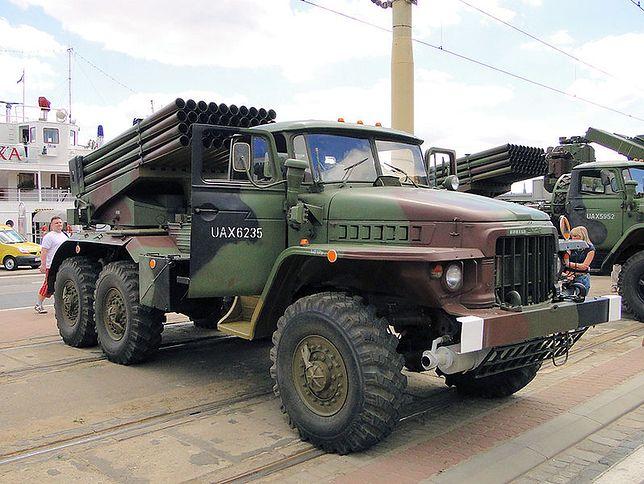 """Wyrzutnia rakiet BM-21 """"Grad"""" jeździ na wiekowym Uralu"""