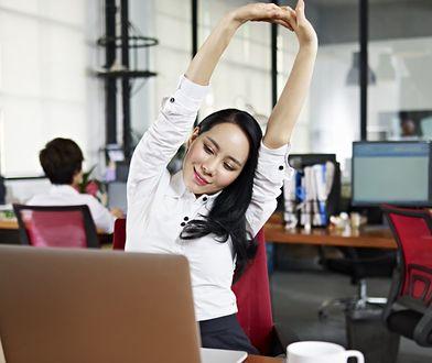 Ćwiczenia stretchingowe możemy wykonywać nie tylko na zajęciach albo w domu, ale również w pracy
