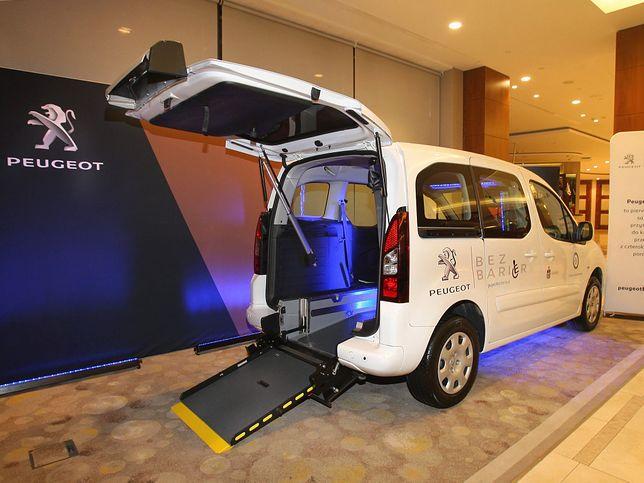 Peugeot Partner dostosowany do kierowania przez osobę niepełnosprawną.