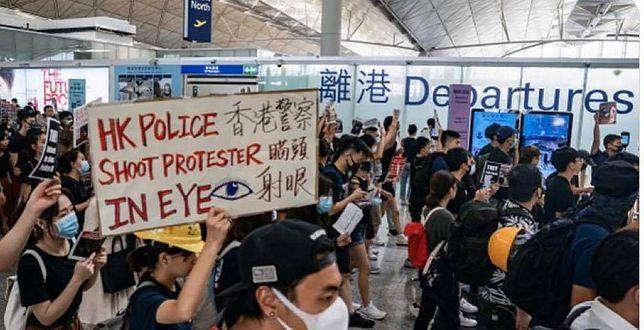 Demonstranci na lotnisku w Hongkongu. Sparaliżowali pracę portu