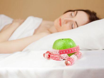 """Na czym polega """"nocna dieta"""", czyli jak schudnąć w czasie snu?"""