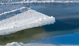 Pod mężczyzną załamał się lód. To zdjęcie wzrusza do łez