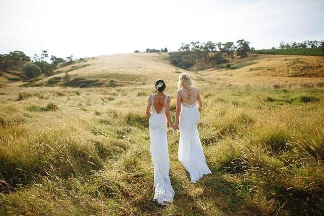 """""""Jesteśmy po prostu dwójką ludzi, którzy są w sobie zakochani"""". Dwie kobiety wzięły nielegalny ślub w Australii"""