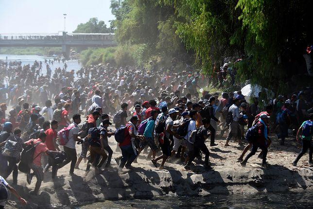 Prezydent Donald Trump zapowiedział, że jeśli meksykański rząd nie powstrzyma pochodu migrantów, to nałoży cła na swojego południowego sąsiada
