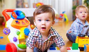 Zabawki interaktywne dla 2-latka potrafią służyć bardzo długo, bo angażują dziecko na tyle, że skutecznie przeganiają nudę