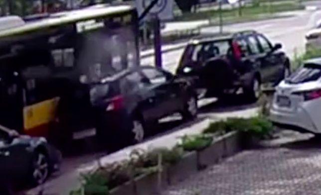 Warszawa. Moment wypadku, do którego doszło 7 lipca 2020 roku przy ulicy Klaudyny nagrały kamery salonu Toyota