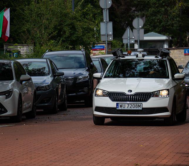 Warszawa. Samochody kontrolują płatności w strefie parkowania