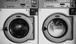 Jaka pralka do małej łazienki? Sprawdzamy pralki do zabudowy i ładowane od góry