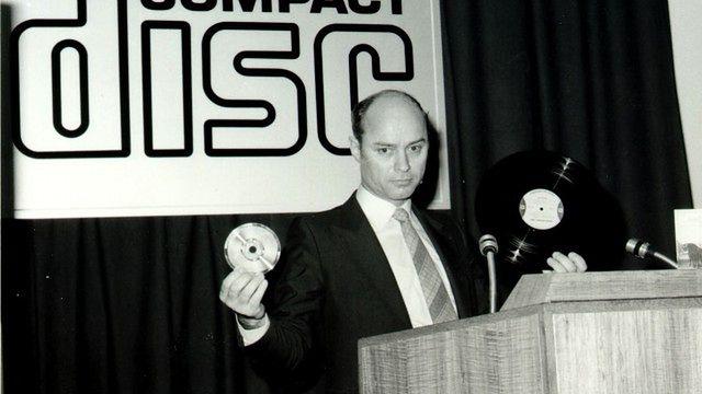 Muzyka w kieszeni — Discman - Joop Sinjou - szef działu badawczego CD-Lap Philipsa prezentuje pierwszy krążek CD w formie takiej, jaką znamy do dziś.