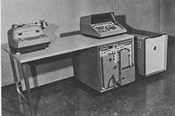 Autonetics Recomp – przenośny komputer z 1958 roku - Autonetics Recomp w biurze. Pierwsza skrzynka od prawej.