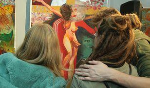 Wernisaż w galerii w Olszynie. W tle obraz kobiety z penisem