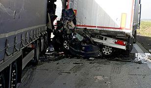 Auto osobowe zostało dosłownie zmiażdżone przez ciężarówki