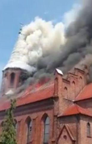 Strażacy starali się uratować zabytkową wieżę kościoła