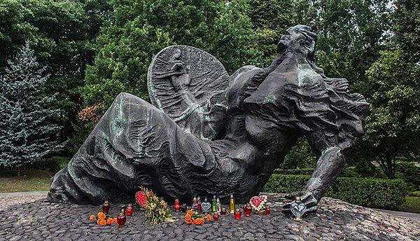 Pomnik Polegli Niepokonani na Cmentarzu Powstańców Warszawy