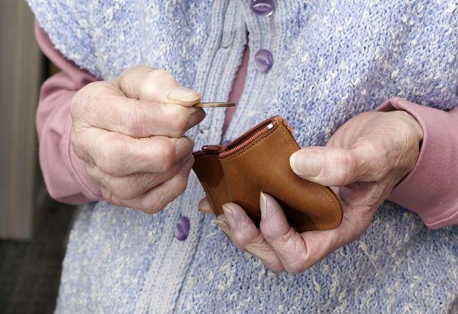 Najniższa emerytura to ledwie tysiąc złotych brutto. Nawet kilkadziesiąt złotych z waloryzacji nie uratuje sytuacji materialnej seniorów, którzy muszą się nią zadowolić.