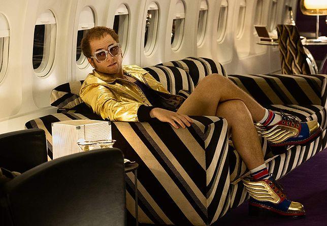 "Taron Egerton jako Elton John w filmie ""Rocketman"""