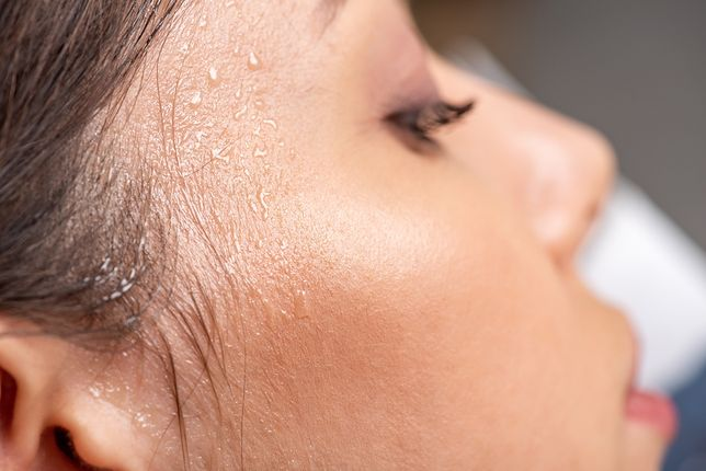Wilgoć na twarzy powoduje dyskomfort i obniża trwałość makijażu