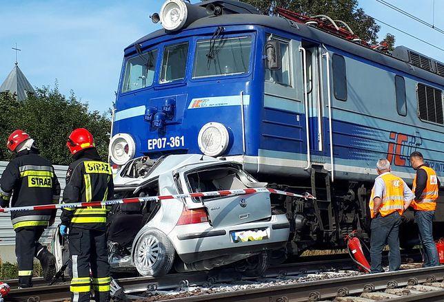 Kobieta wjechała autem pod pociąg