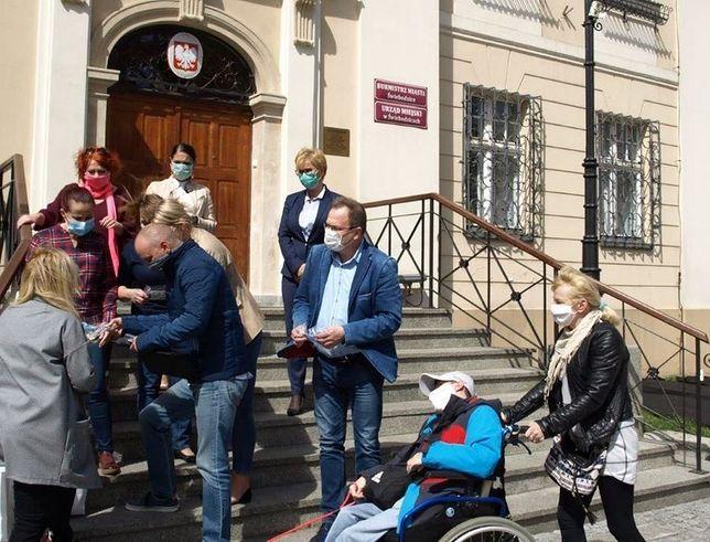 Dolny Śląsk. W Świebodzicach za darmo rozdawali maseczki. Teraz grozi im wysoka kara