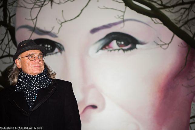 Kamil Sipowicz na tle muralu poświęconego Korze