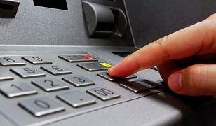 Przestępcy, żeby wykraść dane z karty, podrobili cały bankomat