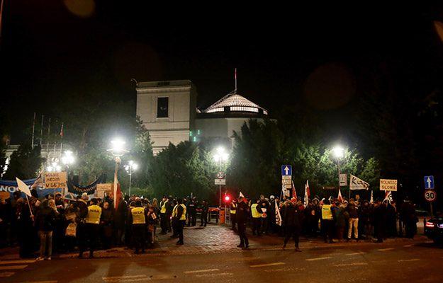 Trwa demonstracja przed Sejmem