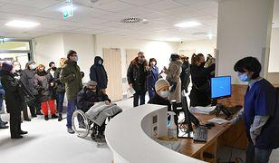 Szczepienie na COVID-19 w Warszawie. Seniorzy czekają w gigantycznych kolejkach