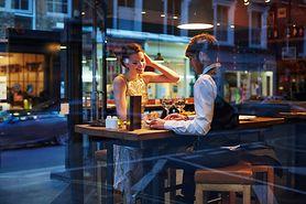 Sneating, curving i pigging – uwaga na nowe trendy w randkowaniu