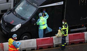 """Wielka Brytania. Do """"uwięzionych"""" kierowców z Polski dociera kolejna pomoc"""