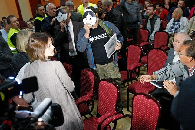Działacze Młodzieży Wszechpolskiej opuszczają salę po spotkaniu byłego prezydenta RP z białostoczanami