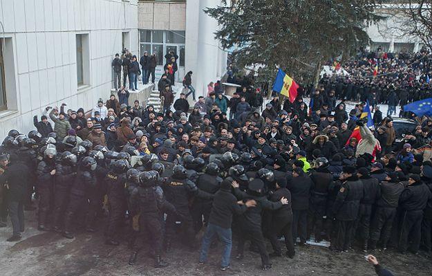 Zamieszki w Mołdawii. Tysiące osób protestuje w Kiszyniowie. Demonstranci wdarli się do parlamentu po zaprzysiężeniu rządu prounijnego premiera Pavla Filipa