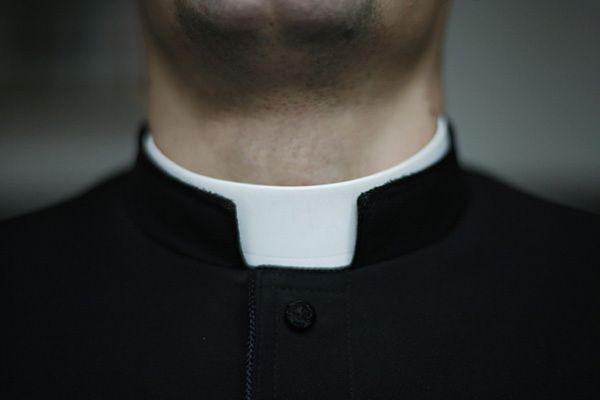 Sprawa księdza z Piecek umorzona. Duchowny miał w telefonie zdjęcie rodzinne, a nie pornografię