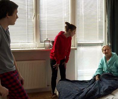 """Kadr z serialu """"19+"""", gdzie nastolatkowie opiekują się babcią z chorobą Alzhaimera."""