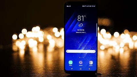 Samsung S10e na zdjęciach prasowych: czytnik linii papilarnych trafił w nietypowe miejsce