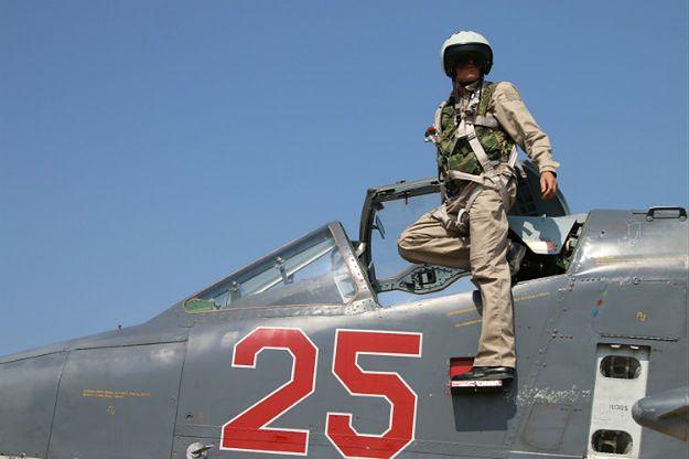Rosyjski pilot opuszcza kokpit Su-25 w bazie lotniczej w Syrii