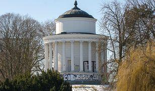 Wandale zniszczyli budowlę w Ogrodzie Saskim z połowy XIX wieku
