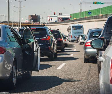 Warszawa. Trasa S8 zablokowana po zderzeniu trzech aut. Kierowcy czekają w korku