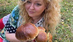 Magda Gessler pręży się na ściółce leśnej. Znalazła grzyby