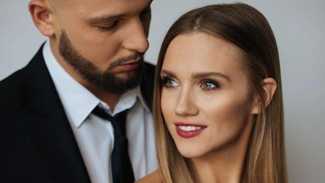 Agnieszka Kaczorowska pozuje z mężem. Pokazała swoje wdzięki.