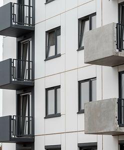 Nago na własnym balkonie? Sprawdziliśmy, jak regulują to przepisy