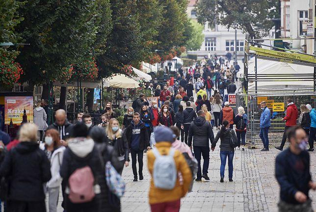 """Koronawirus w Polsce. Najnowszy sondaż IBRiS wskazuje: aż 1/3 badanych nie obawia się """"drugiej fali"""" zakażeń"""