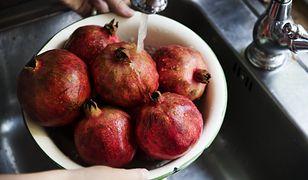 Jak prawidłowo myć owoce i warzywa? Płukanie w wodzie może nie wystarczyć