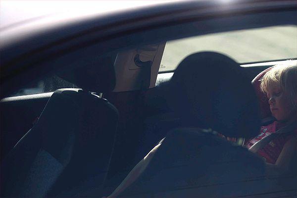 Psycholog wyjaśnia, jak można zapomnieć o dziecku w samochodzie