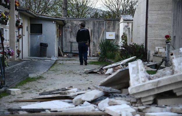 Trzęsienie ziemi we Włoszech. 10 tys. osób śpi w samochodach
