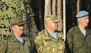 Biało niebieskie podkoszulki to znak rozpoznawczy rosyjskich spadochroniarzy.