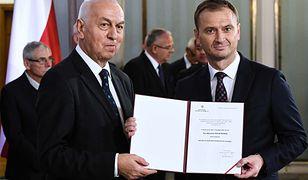 Poseł Sławomir Nitras odbiera zaświadczenie o wyborze