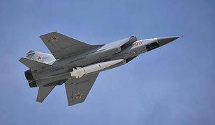 Najprawdopodobniej zdolny do przenoszenia głowic jądrowych pocisk hipersoniczny Kh-47M2 Kindżał pod myśliwcem MiG-31K.